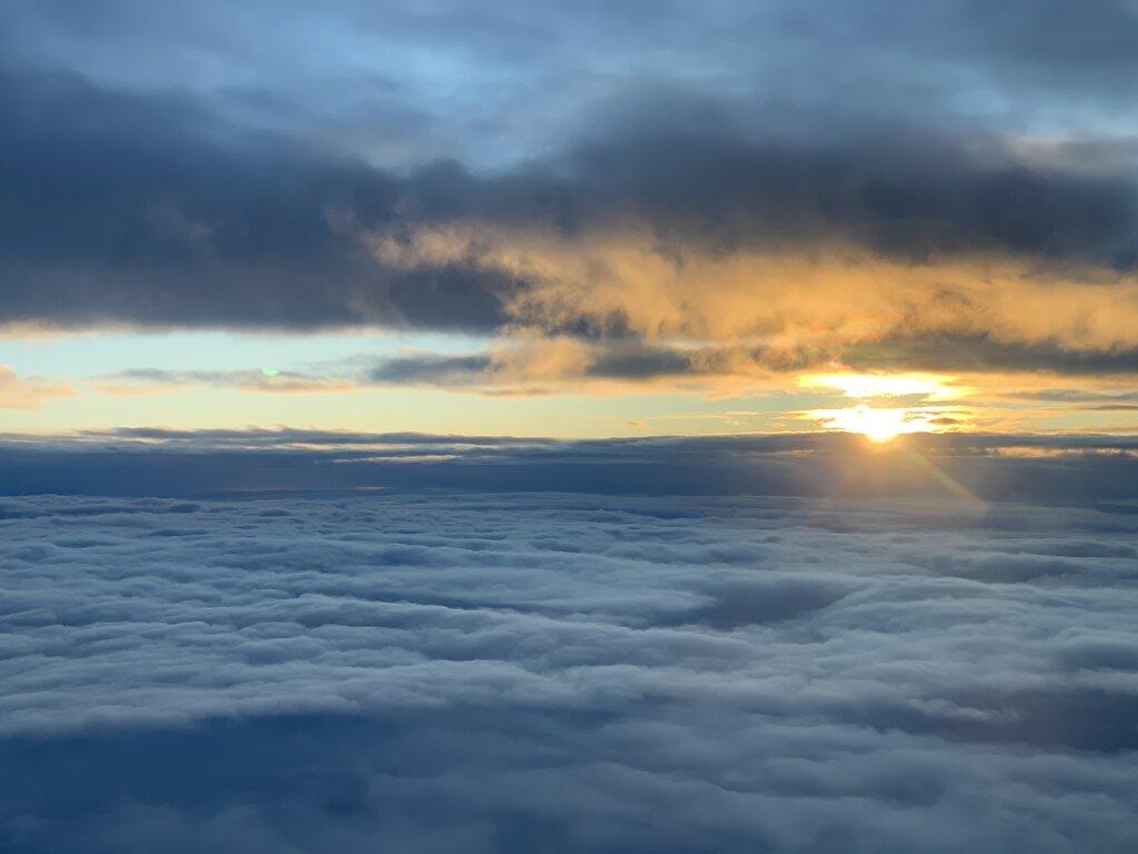 03.02.2020 München - Rostock Laage   Sonnenaufgang zwischen den Wolken