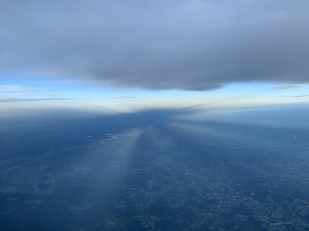 10.05.2021 München  - Warschau   Im Schatten der Wolken